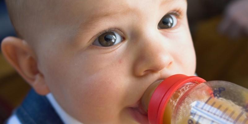 Baby trinkt aus einer Babyflasche