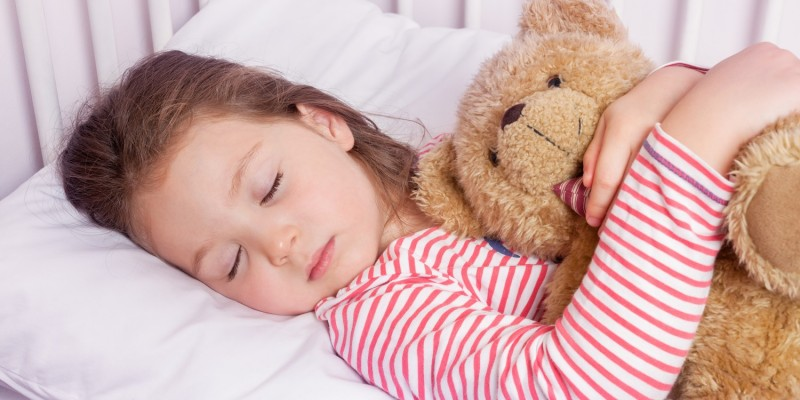 Mädchen schläft im Bettchen