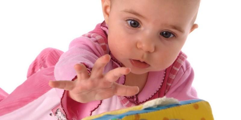 Kind spielt mit Würfel