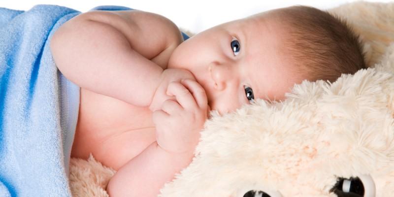 Baby mit weichem Kuscheltier