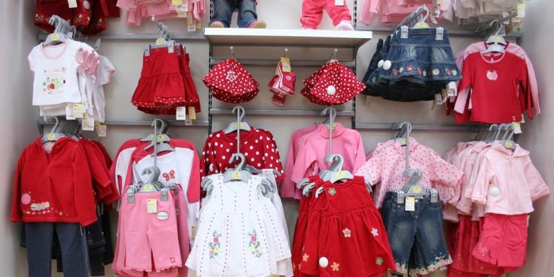 Babykleidung im Geschäft