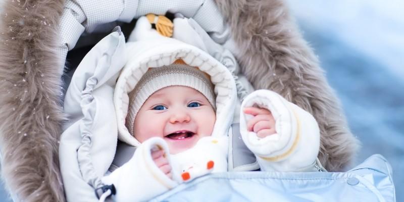 Baby mit Mütze im Winter