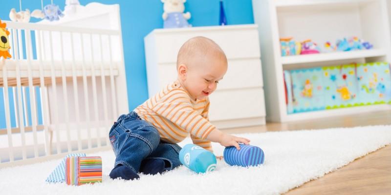 Baby in Hose und Pullover