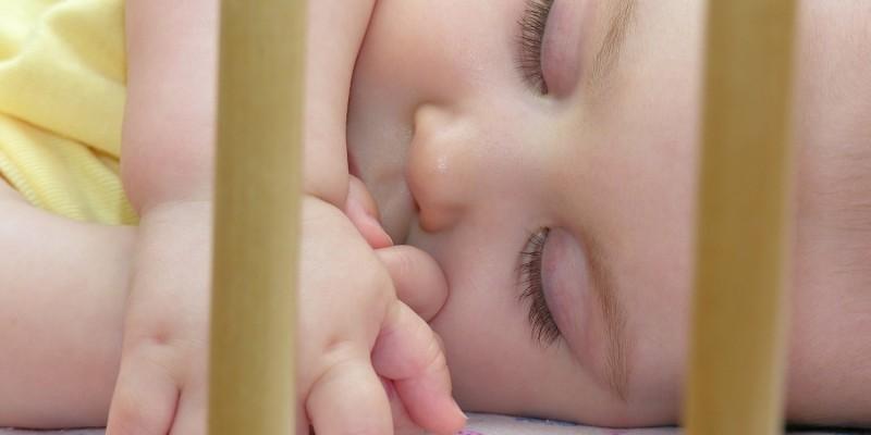 Schlafend im Babybett