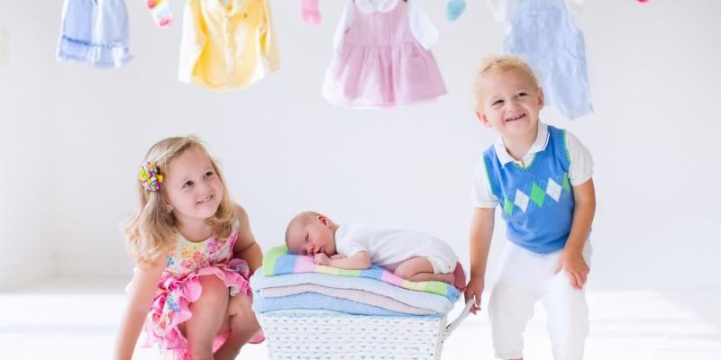 Modisch gekleidete Kleinkinder