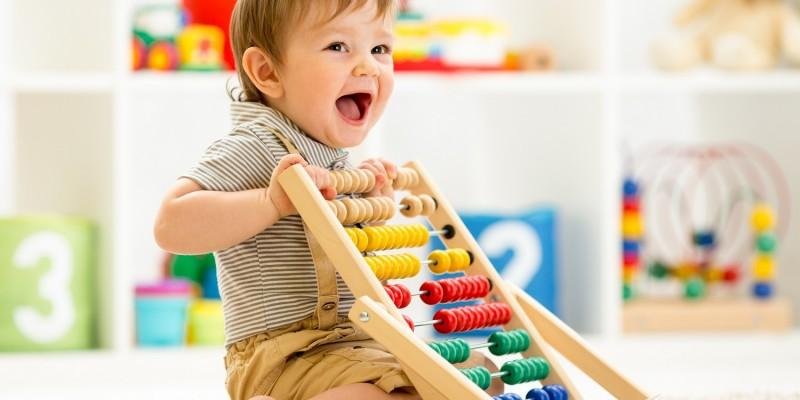 Kleiner Junge spielt in seinem Zimmer