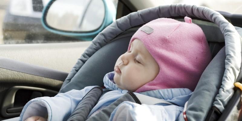 Baby schläft in Babyschale